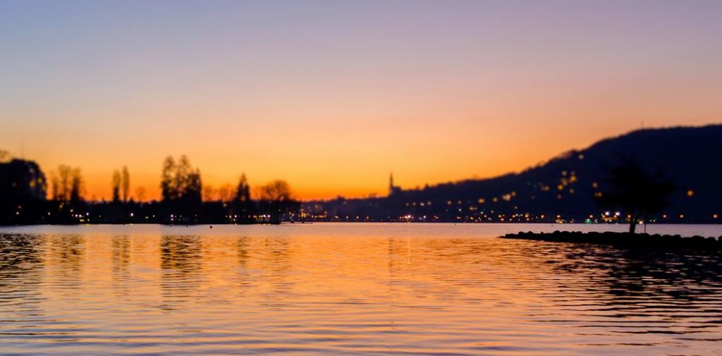 Le lac d'Annecy et la ville de nuit