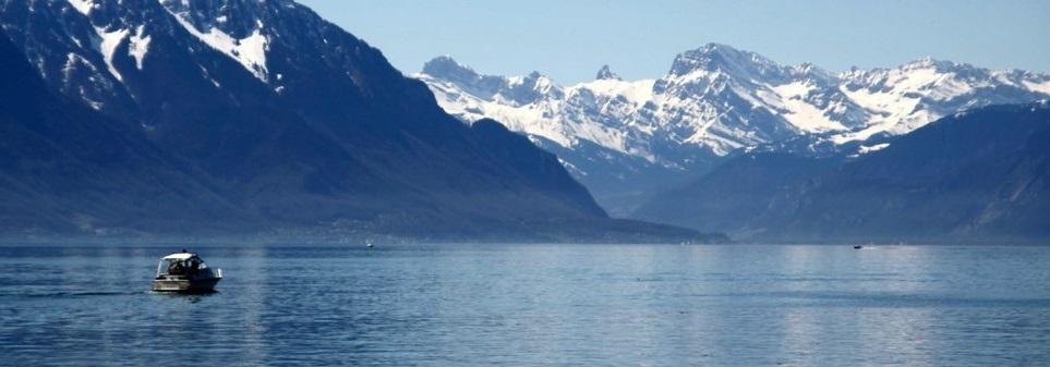Le Lac Léman avec la vue sur le Mont-Blanc